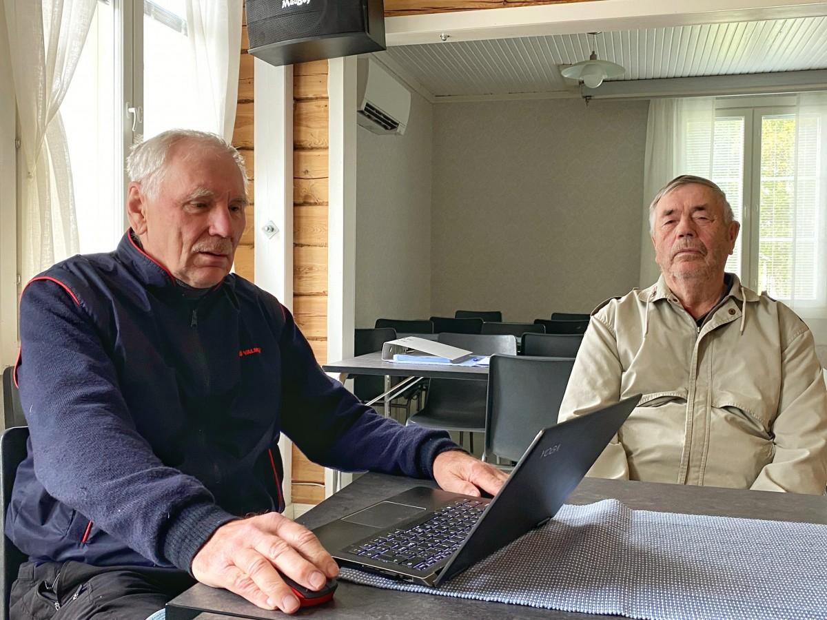 Joutsijärvellä Jaakko Ojaniemi ja Pentti Alajoutsijärvi elokuussa 2021.